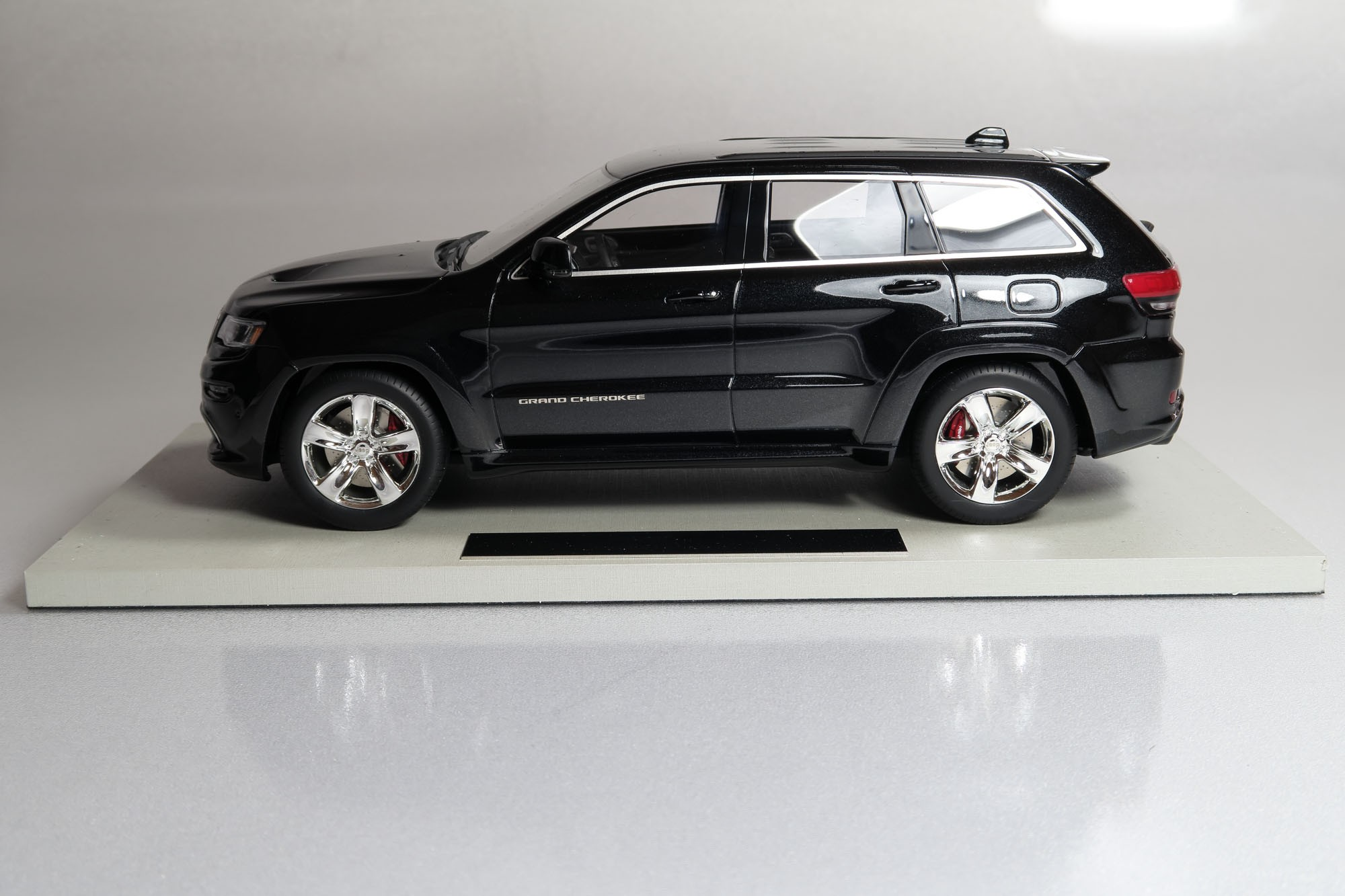 Grand Cherokee Srt8 >> Top Marques Collectibles Jeep Grand Cherokee SRT8, 1:18 schwarz | TOP16C